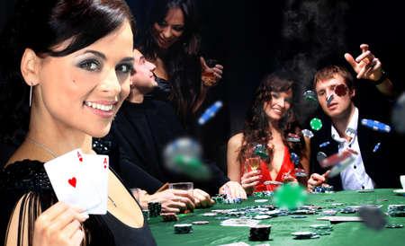 cartas de poker: Los j�venes tienen un buen rato en el casino