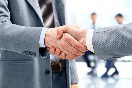 Close up d'hommes d'affaires se serrant la main