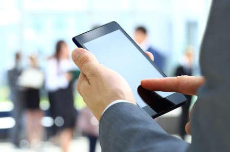 男は携帯電話を使用します。