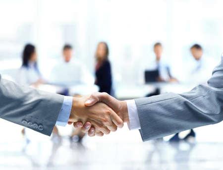 business support: Close-up van zaken lieden handen schudden