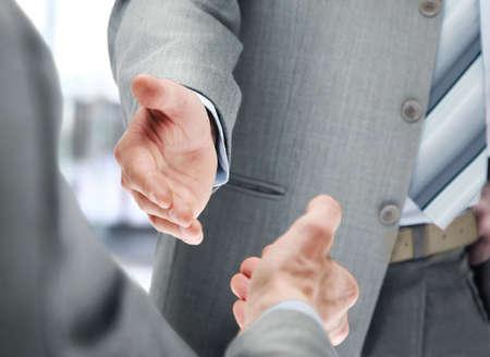 握手のビジネスマンのクローズ アップ