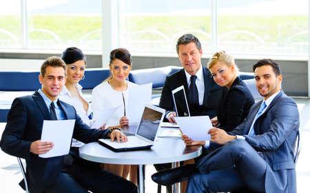 business smile: Equipo de negocios exitoso en la oficina