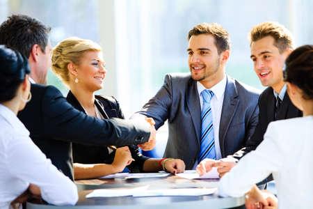 Due uomini d'affari handshaking dopo colpisce grande affare