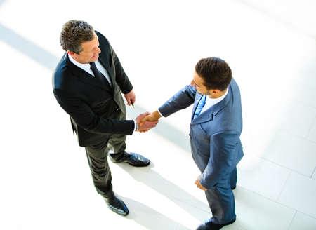 handshake: Vista superior de dos manos de negocios que sacuden - Bienvenido a negocio