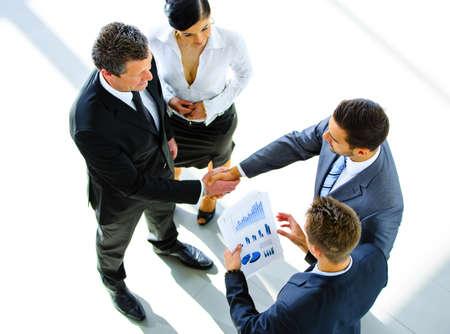 揺れ二つのビジネスマンの平面図に手を-ようこそビジネス