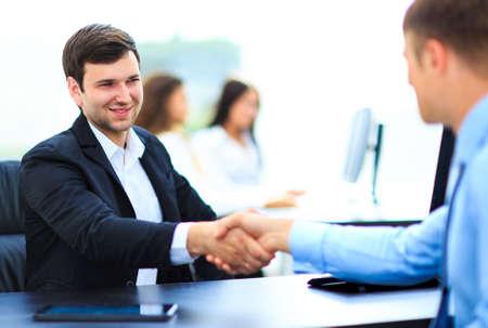 Salesman handen schudden aan klanten