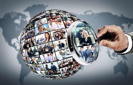 wereldbol: Human resource concept, vergrootglas zoeken mensen