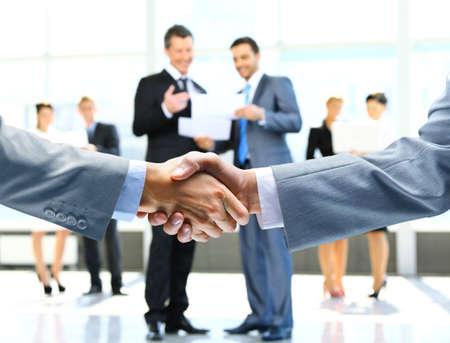 ビジネス ハンドシェイクおよびビジネス人々 写真素材