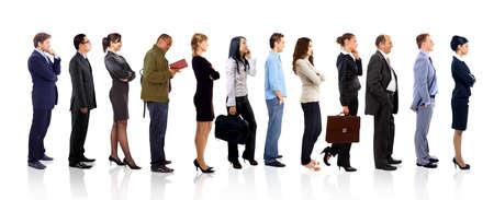 fila de personas: Perfil de un equipo de negocios en una sola línea contra el fondo blanco