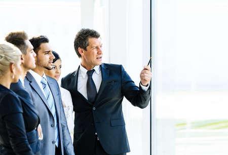 Business-Seminar, wo ein Chef erklären die Unternehmensstrategie, um seine Kollegen