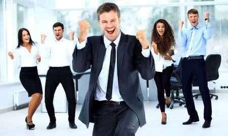 Porträt gerne erfolgreicher Geschäftsgruppe im Büro Lizenzfreie Bilder