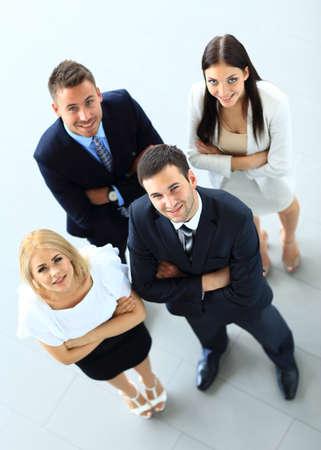 personas trabajando: Vista superior de un grupo de personas. Cuatro personas mirando hacia arriba