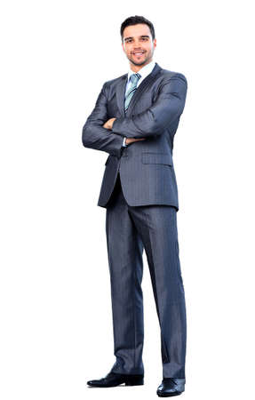hombres maduros: Retrato de cuerpo completo del hombre feliz de negocios sonriente, aislado en fondo blanco