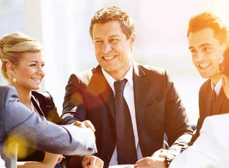Dos hombres de negocios apretón de manos después de golpear gran acuerdo