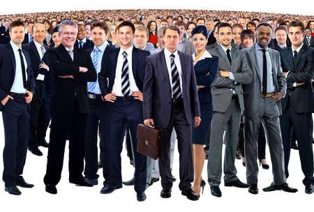 若いビジネスマンやビジネスウーマンの白い背景の上に立って形成事業チーム