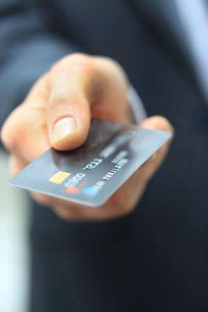 tarjeta visa: Primer plano de la tarjeta de crédito en mano humana