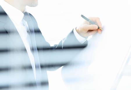 hombre escribiendo: Escritura del hombre de negocios
