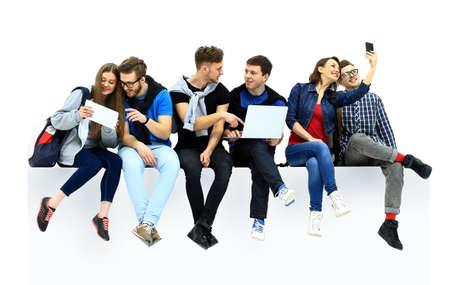 gente sentada: grupo causal de la gente sentada en el suelo aislado