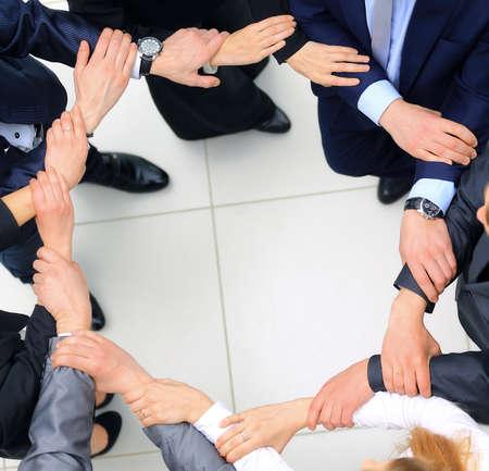 circulo de personas: Vista desde arriba de la gente de negocios con sus manos juntas en un círculo Foto de archivo