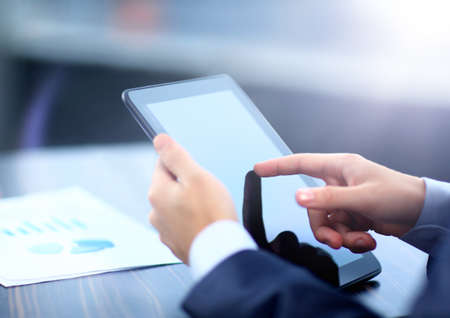 L'homme d'affaires tenant tablette numérique