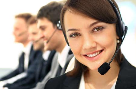 Agradáveis ??jovens empresários positivos e colegas em um call center office Foto de archivo - 60567247