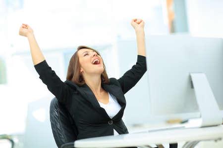 Retrato de feliz joven empresaria exitosa celebrar algo con los brazos arriba Foto de archivo