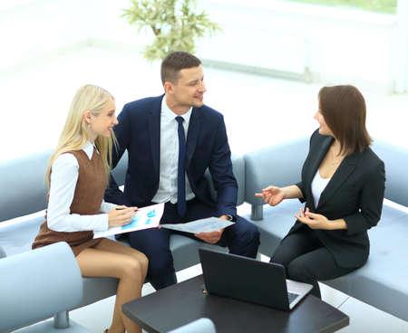 Les gens d'affaires travaillent et discutent ensemble pour se rencontrer dans un bureau Banque d'images