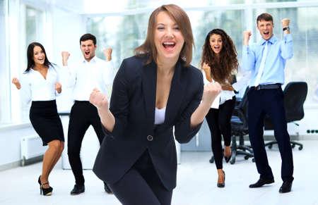 現代のオフィスで幸せなビジネスの成功チーム