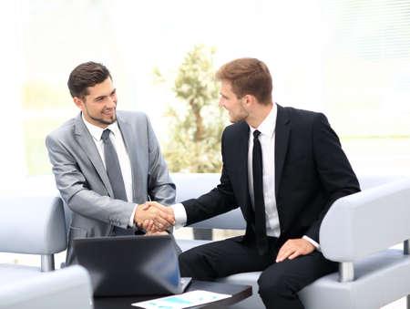 Geschäftsleute Händeschütteln während eines Treffens