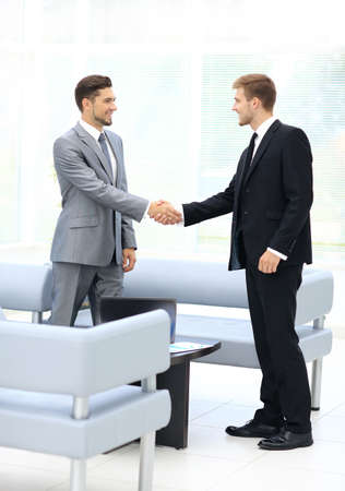 personas saludandose: Business meeting at the table with handshake