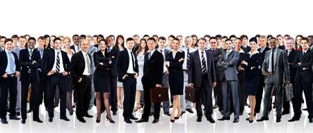 fila de personas: Gran grupo de personas de longitud completa aislado en blanco