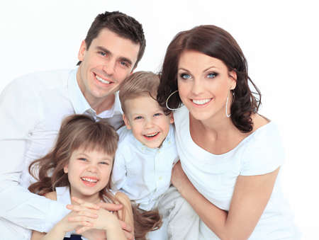 Hermosa familia feliz - aislada sobre un fondo blanco