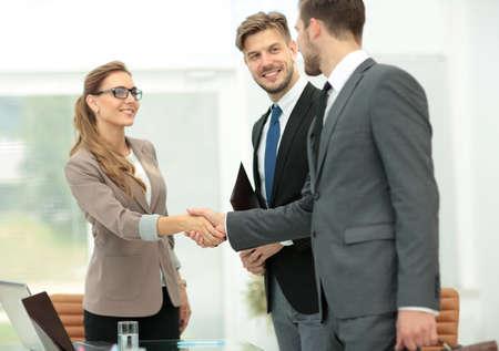 현대 사무실에서 손을 흔들면서 비즈니스 파트너