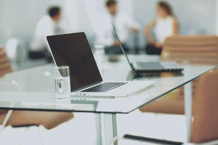 Proceso de trabajo en una oficina moderna Foto de archivo - 65813256