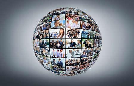 mucha gente: Un globo está aislado en un fondo blanco con muchos diversos hombres de negocios