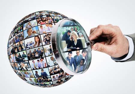 lupa: Concepto de recursos humanos, personas lupa buscando Foto de archivo