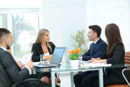 personas dialogando: Hombres de negocios felices hablando sobre la reunión en la oficina