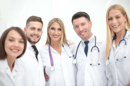 estudiantes medicina: Cheerful team of doctors and interns make selfie