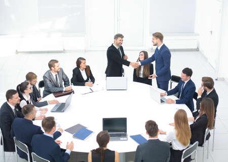 Table ronde au congrès d'affaires et poignée de main. Audience à la salle de conférence.