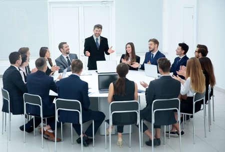 屋内のビジネス マネージャーの会議 写真素材
