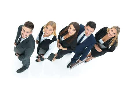 schießen von oben - close-up von fünf Mitarbeitern eines Business-Teams nebeneinander und schauen stehen. isoliert auf weißem Hintergrund. auf dem Foto gibt es einen leeren Raum für Ihren Text