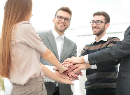 compañerismo: Imagen de asociados de negocios de manos en la parte superior de cada uno a otro que simboliza el compañerismo y la unidad