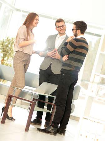 Les gens d'affaires réunis autour de la table