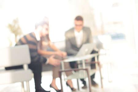 ビジネス議論の人々 のグループの抽象的な背景をぼかし。オフィスのインテリアの中にぼやけてビュー