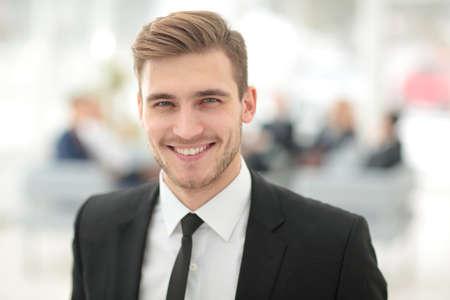 Retrato de hombre de negocios sonriente feliz Foto de archivo - 66016127