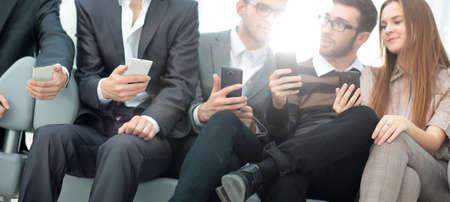 Groep jongeren gebruiken hun telefoons