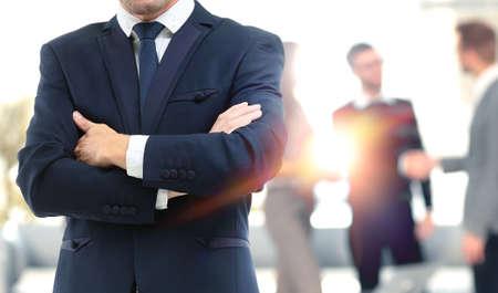 Geschäftsleute treffen um Tisch Standard-Bild