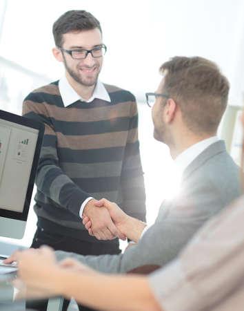 cerrando negocio: La gente de negocios que cierran un reparto y el apretón de manos en la oficina