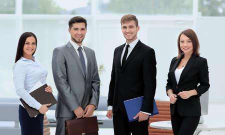 Grupo de hombres de negocios exitosos en busca confianza