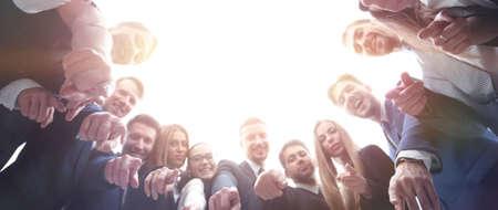 ビジネス、人々 とチームワークの概念 - オフィスで手話を示すビジネス チーム 写真素材